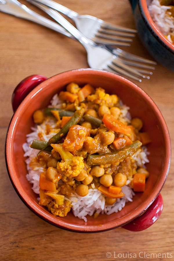 A healthy Vegetarian Curry packed with flavour is an easy weeknight dinner. | livinglou.com
