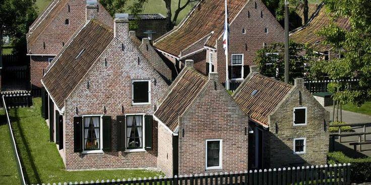 De karakteristieke vissershuisjes van Paesens-Moddergat.