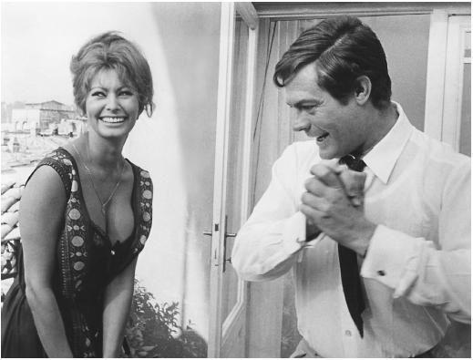 Gorgeous Sophia Loren and handsome Marcello Marstroianni on the set of the 1963 Ieri, Oggi, e Domani  (Yesterday, Today and Tomorrow). Beautiful!