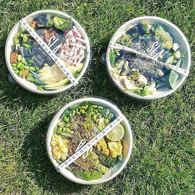 Jaa he's back☀️ Wij staan klaar om extra groene maandag salades voor jullie te scheppen, die je natuurlijk to-go mee kan nemen om lekker buiten te eten. Geen tijd? @deliveroo_nl komt ze ook graag bij je brengen, thuis, op kantoor of in het park #picknickweer #SLAtogo @healthylifelab #ilovesla
