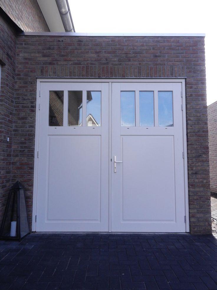 Garage deur: openslaand met grote bovenlichten. Fijn dat er veel licht binnen komt.