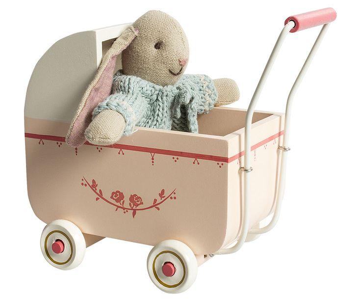 Landau bleu Maileg.  Landau en bois peint Maileg garni d'un sac de couchage.  Un jouet idéal pour promener les poupées lapins ou souris de Maileg.  Style Scandinave - Jeux & Jouets