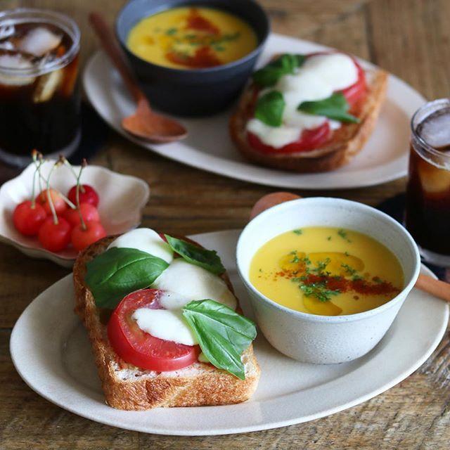 今朝は、#シニフィアンシニフィエ のパンドミで、#マルゲリータトースト 🍅 トマトソース、トマト、モッツァレラチーズ、バジル。 バジルは最後にちぎってのせるのが好き🍃 それと冷たいかぼちゃスープ、さくらんぼ、アイスコーヒーでした。 かぼちゃスープにはアマニオイルを😋 ・ こないだ、めぐちゃん @ha_rucco が、シニフィアンシニフィエのことをハッキリとした口調で「シンシファシファニー」と言っていた😂 それを思い出すと、何度でもニヤニヤしてしまう(˶‾᷄ ⁻̫ ‾᷅˵)笑 ・ #棚橋祐介 #吉田次朗 #寺田昭洋 #遠藤翔 #朝食りんごでおはよう #おしゃパンバルミューダ