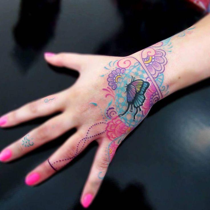 Mãozinha da Aline, que viaja 6 horas para vir tatuar comigo  Gratidão querida! ✪Feita com pigmentos Electric Ink e Everlast Colors. Máquinas Electra e Nano Dietzel. Agulhas black cat. #electricink #tattoo #tatuagemfeminina #mehnditattoo