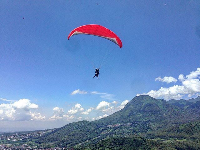 Up in the air! #paragliding #paralayang #flying #fly #batumalang #sky #likeabird #malang #instatravel #eastjava #indonesia #flyinghigh #terbang #freebird #lynyrdskynyrd