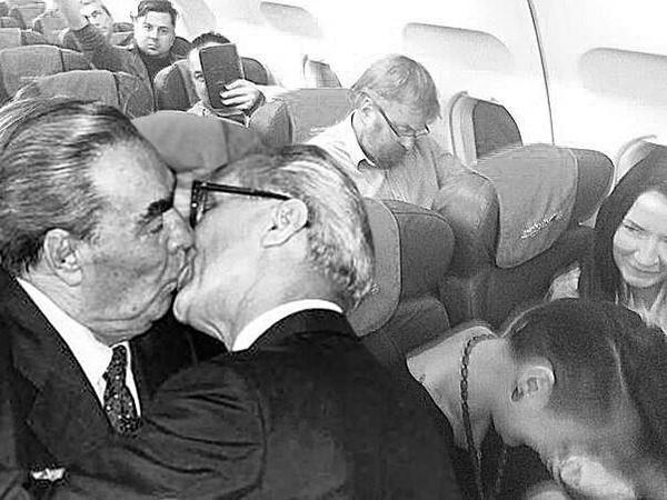 Haha RT @jonkyst: Her i forlængelse af det virale lesbiske kys fra forleden :) RT @RuNetMemes: via @KevinRothrock