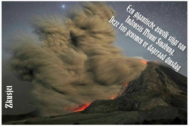 Een gigantische aswolk stijgt van Indonesiës Mount Sinabung  in deze lange-blootstelling foto genomen vóór dageraad dinsdag