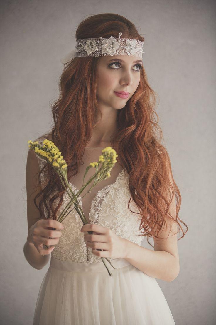 Fajón con flores de crochet sobrepuestas y decorado con canutillo, perlas, hojas y cristales. Fotografía Valeria Duque