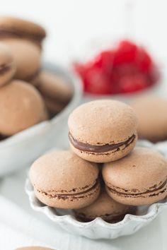 Macaron de chocolate trufado com surpresa de cereja | Vídeos e Receitas de Sobremesas