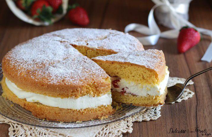 Torta+paradiso+farcita+con+fragole+e+crema+al+latte+veloce