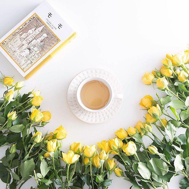 今日のお茶は、ルイボスティ☕️🌼 久しぶりにのんびり読書をしています。 ミヒャエル・エンデの「モモ」📙 父の本棚にあったこの本を最初に手にとったのは、 小学3年生の頃だったかな。  私も時間どろぼうに時を盗まれないように、 気をつけなくちゃ✿  みなさんも良い日曜日を。  #teatime #rose #花のある暮らし #日々#おうちカフェ #instgramjapan #読書 #ミヒャエルエンデ #バラ #ティータイム #onthetable  #今日は黄色の気分  #日曜日  #ルイボスティー  #お茶の時間 #prettiestpastels #pastelsquares  #ihaveathingwithpastels #ihavethisthingwithprettypics