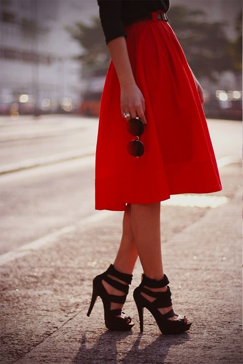 red skirt, black heels: Midi Skirts, Full Skirts, Style, Long Skirts, Summer Outfits, Black Shoes, Black Heels, Summer Clothing, Red Skirts