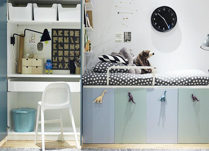 IKEAS hyllor i barnrummet under sängen