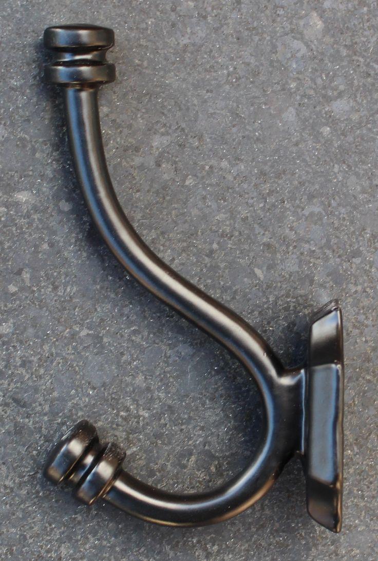Middelgrote kapstokhaak van gietijzer met dubbele haak in het zwart, ook in het wit en zilver verkrijgbaar. kijk maar op www.robanjer-kapstokhaken.nl