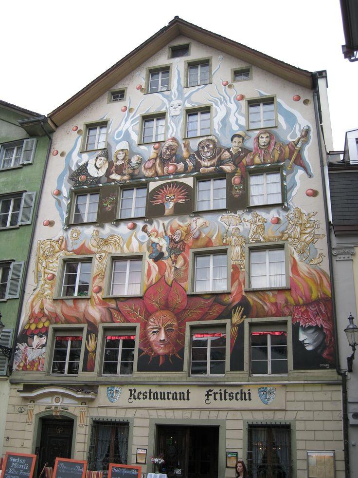 """Дом с фреской """"Фаснахт"""" - сюжет навеян героями местного карнавала, который ежегодно проводится в Люцерне"""