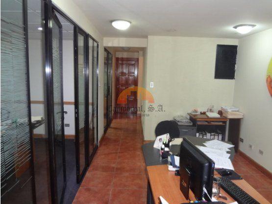 3 ambientes  Recepción  Cocineta  Área secretarial  1 servicio sanitario  2 oficinas (principal con muebles empotrados)   Área de archivos   Conmutador de planta telefónica y de red de Internet  1 parqueos en sótano (Área 12.24 m2)   Consta de 64.58 m2,   Precio de Venta:$ 65,000 dólares incluye un parqueo