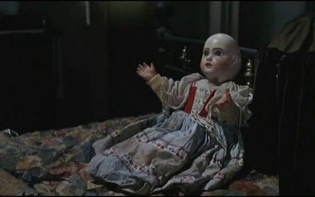 Perché Una Bambola Può Spaventarci? La Parola Alla Scienza In diversi film horror ci troviamo di fronte a immagini terrificanti e inquietanti senza veder davvero l'icona della paura. Spesso si tratta di bambini o bambine o addirittura di bambole. Perché rius #bambola #paura #terrore #scienza