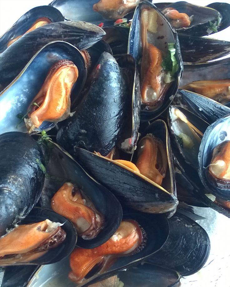 Ihanat valkosipuliset sinisimpukat ihan kuin olisi taas kerran Bruggessä. #sinisimpukat #moules #mussels #itsetehty #instafood #food #foodgeek #foodgasm #foodie #foodblogger #foodporn #foodshare #instagood #foodlover #ruokablogi #ruoka#kotiruoka #herkkusuu #lautasella #Herkkusuunlautasella