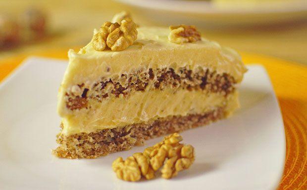 Slatkiš od oraha - Potrebno je: Za testo:  200 g brašna, 10 kašika šećera, 10 kašika mlevenih oraha, kesica praška za pecivo, 6 kašika posnog margarina, 220 ml mineralne vode. Za krem:  1 litar sojinog mleka sa ukusom vanile, 16 kašika šećera, 4 pudinga od vanile, 230 g posnog margarina, 150 g šećera u prahu, 2 kesice vanilin šećera, 50 g mlevenih + nekoliko prepolovljenih oraha za ukrašavanje. Priprema: http://www.posnajela.rs/2015/03/slatkis-od-oraha/