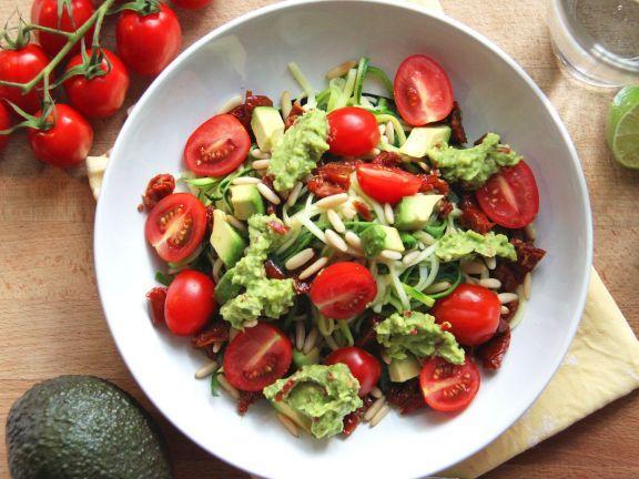 Probieren Sie den sommerlichen Zoodle-Salat von EAT SMARTER!