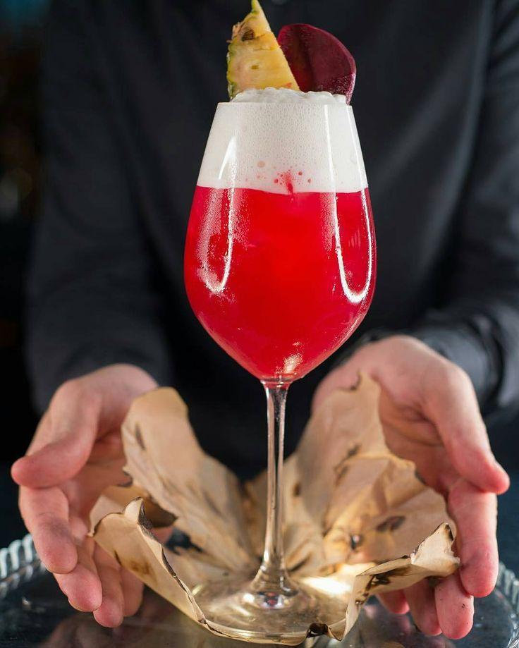 Piña y remolacha? Preparemos un Beet-Pineapple! . Ingredientes: 20 ml jugo de #remolacha. 20 ml jugo de #limón. 35 ml jarabe simple. 50 ml jugo de #piña. 120 ml agua mineral 50 ml espuma de piña Decoración: Slice de remolacha y slice de piña.  Hecho por @alex.zagatto en el Buddha Bar Moscow @buddhabarmoscow - - - - - #Cocktails #Coctel #Drink #Drinks #Bebidas