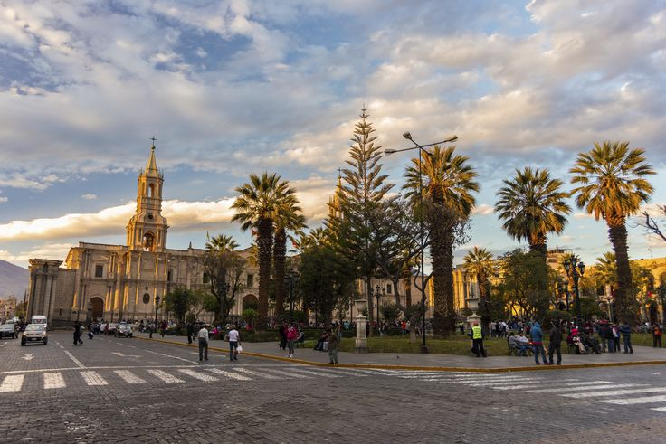 Den elegante, koloniale by Arequipa, som er beliggende 2.400 m.o.h. Byen er omgivet af vulkanerne Misti (5822 m), Chachani (6057 m) og Pichu-Pichu (5669 m), som giver byen en helt speciel atmosfære.