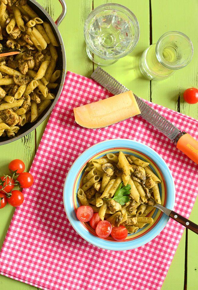 Makaron penne (rurki) z kurczakiem, pieczarkami i pesto