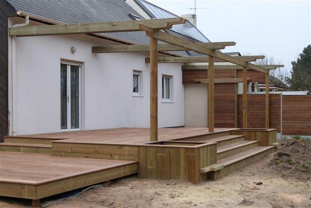 Terrasse en bois avec plusieurs niveaux et pergola