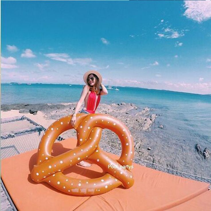 The new hot water supplies and environmental protection PVC inflatable bagel factory floating row foreign hot swimming ring