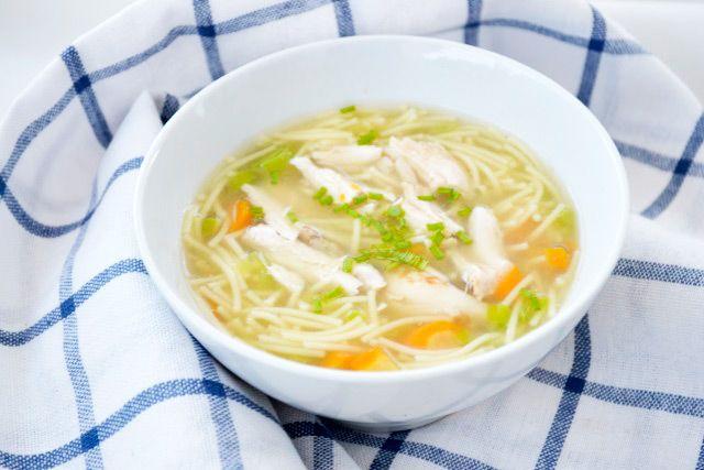 Das Rezept der #Hühnersuppe klassisch stammt aus Omas altem Kochbuch.