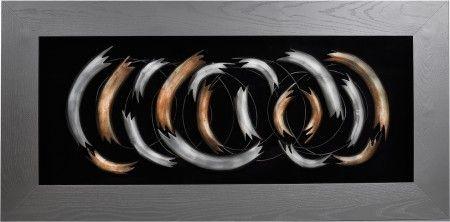 Obraz przestrzenny Wave został zainspirowany spienioną falą oceanu. Gruba rama i pięknie połączone przez artystę elementy metalowe o zaokrąglonych kształtach tworzą dzieło sztuki, który wpadnie w oko każdemu miłośnikowi sztuki nowoczesnej. Kompozycja została osadzona na mocno kontrastującym z nią czarnym tle, dającym efekt unoszenia się w przestrzeni.
