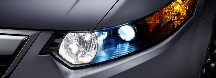 Standard auto-on/off xenon high-intensity discharge (HID) headlights.