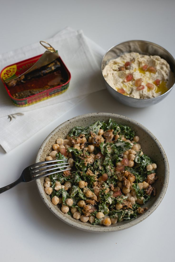salade kale pois chiche ** Les ingrédients **  – 5 feuilles de chou Kale  – 1 tasse de pois chiche cuits  – 1 poignée de graines de grenade  – 1 boite de sardine  – 1 CS de mélange de graine (lin, courge et tournesol)  – 1 CS de Tahiné  – 1 CS d'eau tiède  -1 pincée de piment en poudre  -1 jus de citron  -2 CS d'huile d'olive  – Sel poivre