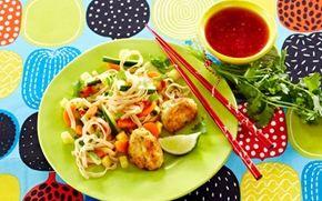 Thaifrikadeller med nudelsalat Eksotiske fiskefrikadeller med smag af de skønne krydderier vi kender fra det thailandske køkken: Ingefær, chili, koriander, hvidløg og lime - det er godt.