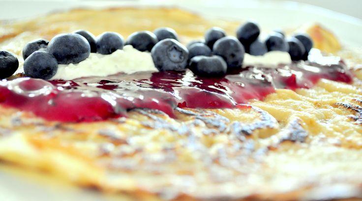 Heerlijk ontbijtidee: pannenkoek met Pruimen Munt Sjem, blauwe bessen en slagroom. Kopje koffie erbij. Dan kom je de ochtend wel door!