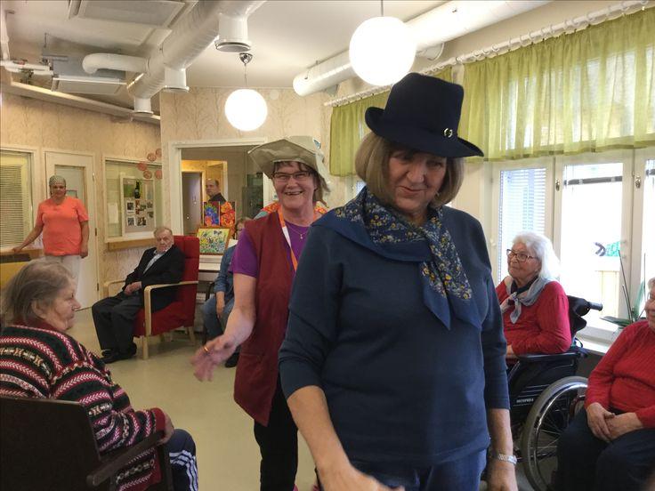 """Vapaaehtoiset """"Apuset"""" catwalkilla vanhustenviikolla 2017"""
