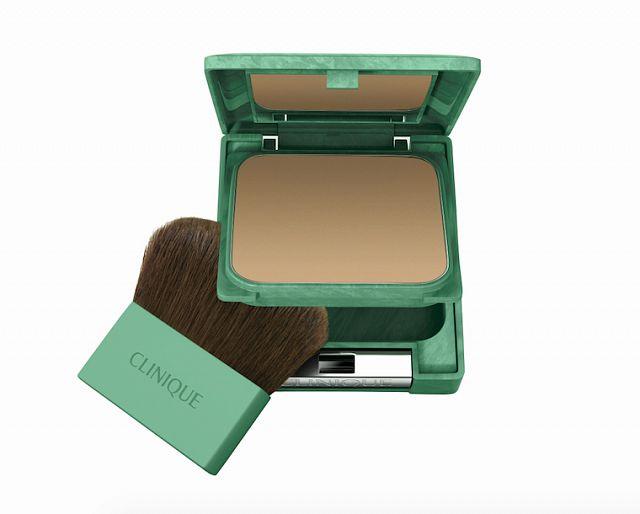 Pudr Clinique Almost Powder Makeup SPF 15 vytváří neuvěřitelně přirozený vzhled, cena 920 Kč.