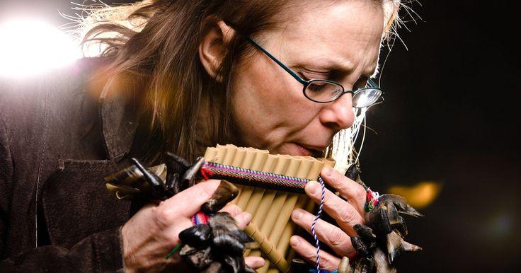 Como fazer uma flauta de canudinhos. Flautas são instrumentos musicais antigos que usam uma série de tubos fechados para gerar diferentes tons musicais. Elas são tocadas pelo sopro através da extremidade aberta dos tubos. A afinação diferente é determinada pelo comprimento do tubo. Estes instrumentos podem ser feitos em casa usando canudinhos e palitos. Elas também podem ser ...