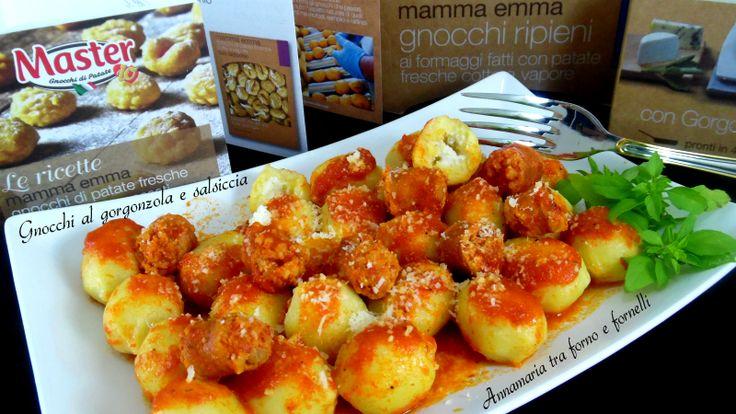 Gli gnocchi al gorgonzola e salsiccia sono un primo piatto semplice, veloce, gustoso. Li ho conditi con un gustosissimo sugo con pezzetti di salsiccia.