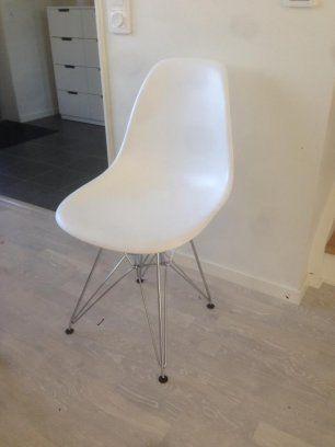 Vita snygga och stilrena stolar med kromade ben, i mycket bra skick! Endast ca 6 månader gamla. Det finns inga fläckar eller fel på dom, som nya!  Bekväma ...