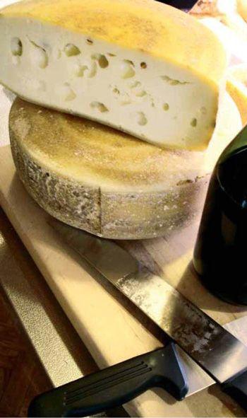 Il Renaz, sapore inizialmente dolce ma tendente al piccante a stagionatura ultimata. (foto La Strada dei formaggi e dei sapori delle Dolomiti bellunesi)