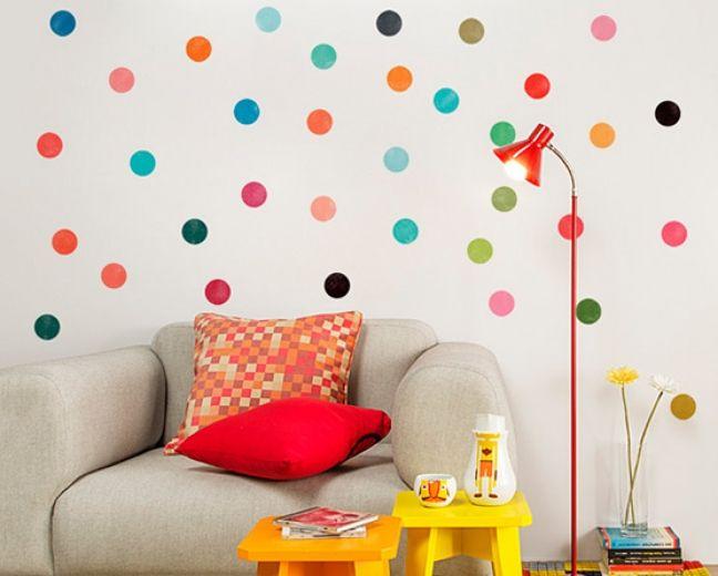 parede decorada com adesivos coloridos