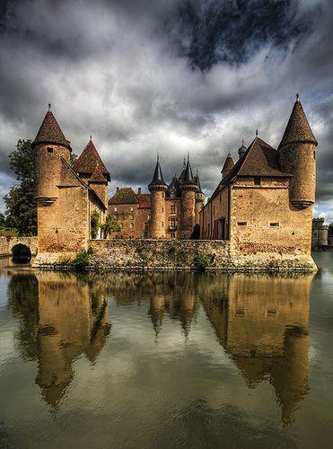 Castelo A Clayette, na região da Borgonha, França.  Fotografia: pe_ha45 no flickr.