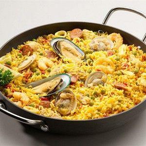 В большой кастрюле сварите рис с куркумой в подсоленной воде. Обсушите.
