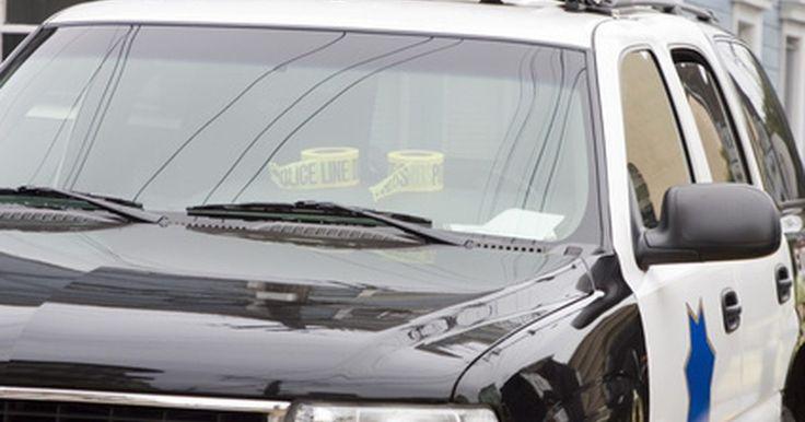 """Cómo convertirse en oficial de policía en el GTA 4. Grand Theft Auto IV es la entrega del año 2008 de la exitosa serie de videojuegos de Rockstar. El juego exhibe las hazañas de Niko Bellic, un inmigrante europeo que trata de establecer su reputación en las calles plagadas de delitos de Liberty City. Mientras el juego se centra fuertemente en llevar a cabo actos delictivos, el jugador puede """"jugar"""" ..."""