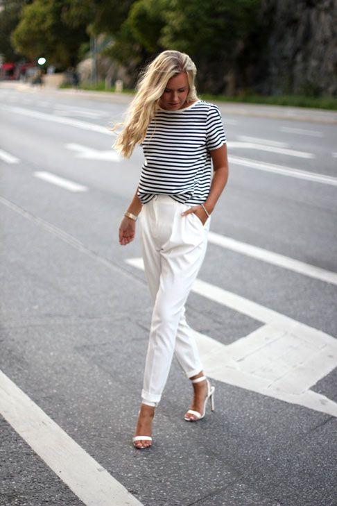 pantaloni a vita alta bianchi e maglia rigata