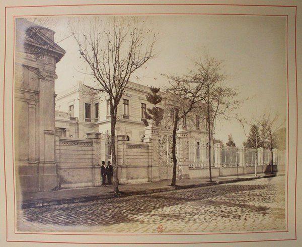 construcción del Palacio Cousiño de Santiago fue encargada al arquitecto francés Paul Lathoud, se comenzó a construir en el año 1870, fuente Alberto Sironvalle (@alb0black)