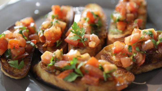 Bruschetta se salsou z grilovaných rajčat