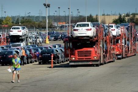 Chevrolets och Buicks småmodeller redo att fraktas vidare från GM:s fabrik i Orion Township, Detroit.