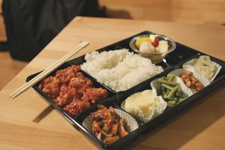 Ce resto coréen à la déco pimpante offre de déguster pour une poignée d'euros un assortiments de petits plats maison joliment travaillés ! Il est situé dans le quartier...